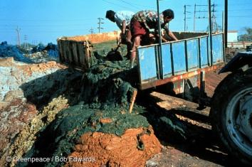 Dumping toxic sludge, Nandesa river, Industrial Estate, near Baroda, Gujarat, India. Nandesari has a large industrial area consisting of many chemical factories.